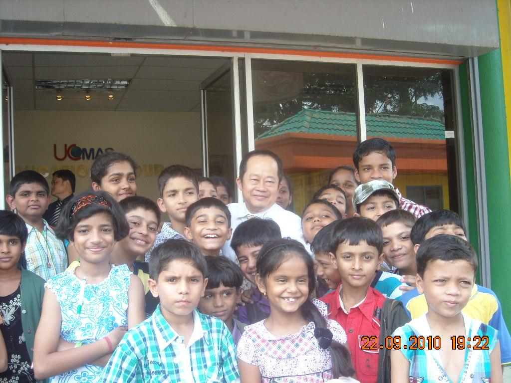 Kids with Priyanshi Somani and Prof Dr Dino Wong